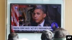 首尔火车站里人们在观看美国总统奥巴马就黑客攻击索尼事件进行讲话的新闻节目