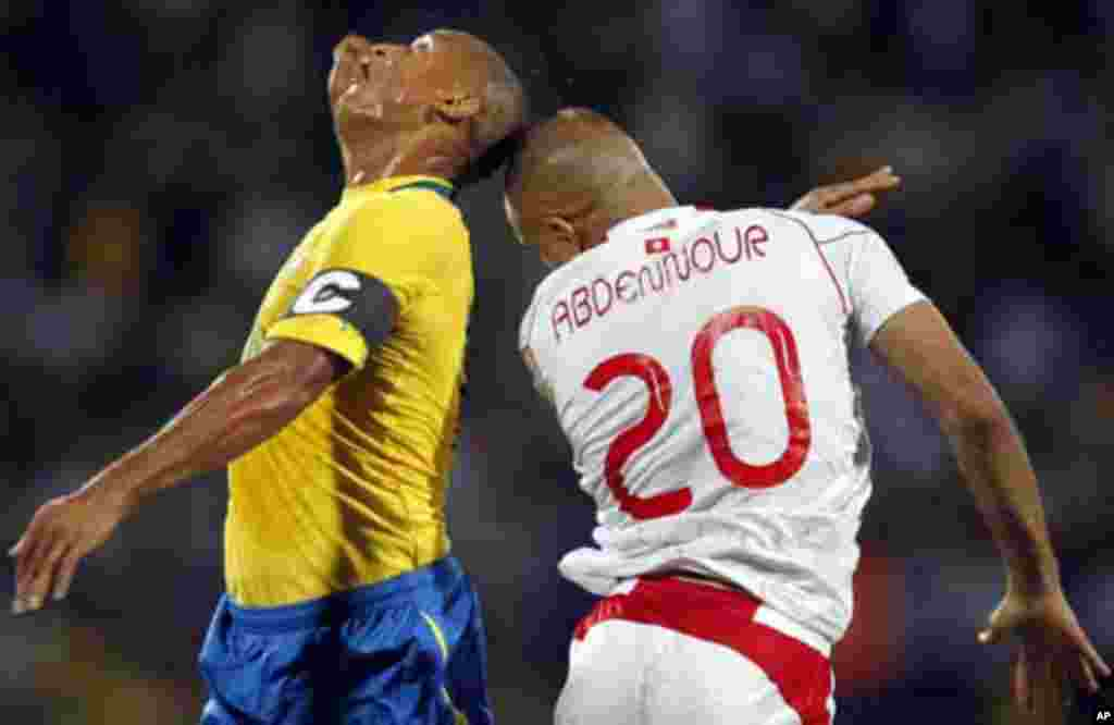 Gabon's Daniel Cousin (L) challenges Aymen Abdennour of Tunisia during their African Cup of Nations Group C soccer match at Franceville stadium in Gabon January 31, 2012.