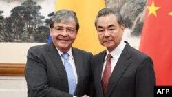 El Ministro de Relaciones Exteriores de Colombia Carlos Holmes Trujillo (I) visitó al Ministro de Relaciones Exteriores de China, Wang Yi, a finales de 2018.