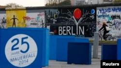Hình vẽ kỷ niệm 25 năm sụp đổ của bức tường Berlin tại những gì còn lại của bức tường năm xưa tại Berlin, ngày 3/11/2014.