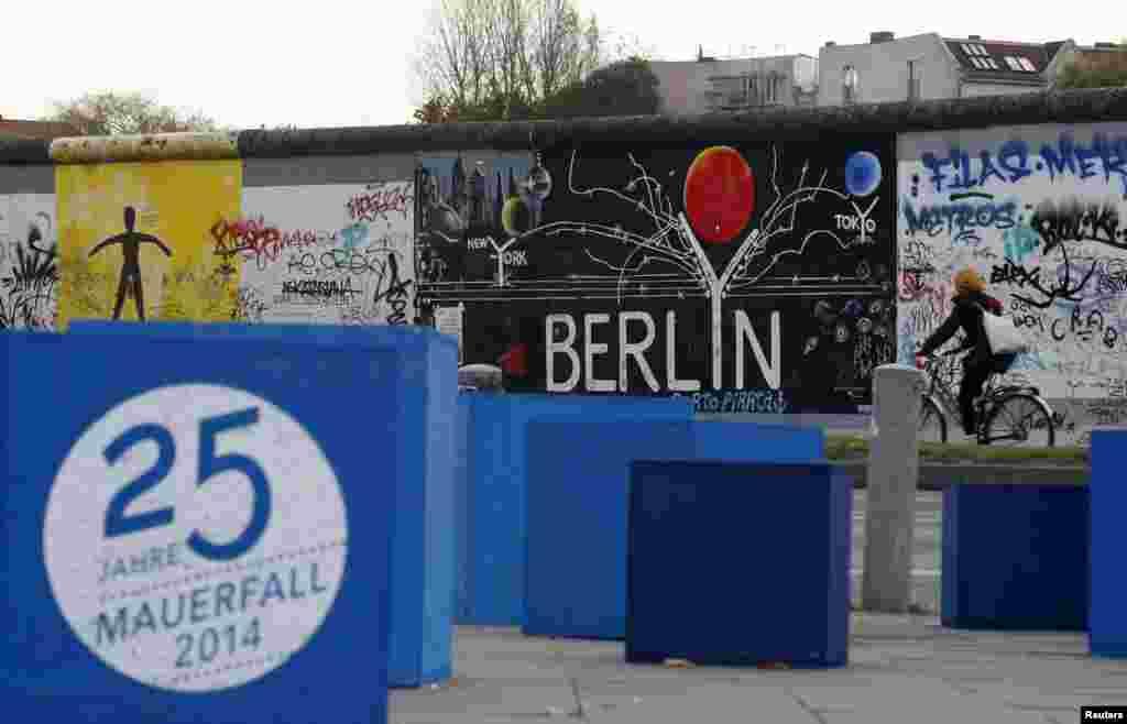 نقاشیهای دیواری با مضمون «۲۵ سال بعد از فروریختن دیوار» در «گالری شرقی»، بخش به جا مانده از دیوار برلین – دهم آبان ۱۳۹۳