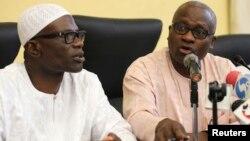 ທ່ານ Lateef Aderemi Ibirogba (ຊ້າຍ) ກຳມາທິການ ດ້ານການຂ່າວແລະຍຸດທະສາດ ຂອງນະຄອນ Lagos ແລະ Dr. Jide Idris ກຳມາທິການດ້ານການແພດ ໃນລະຫວ່າງ ກອງປະຊຸມຖະແຫຼງຂ່າວ ກ່ຽວກັບການເສຍຊີວິດ ຂອງຜູ້ເຄາະຮ້າຍ ທີ່ຕິດເຊື້ອອີໂບລາ ຢູ່ນະຄອນ Lagos (25 ກໍລະກົດ 2014)