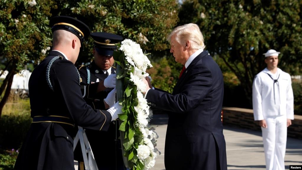 Tổng thống Mỹ Donald Trump đặt vòng hoa tưởng niệm các nạn nhân vụ khủng bố 11/9 tại khu Tưởng niệm Lầu Năm Góc ở thành phố Arlington, bang Virginia, ngày 11/9/2017.