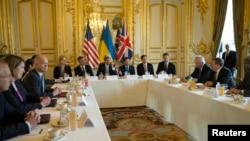 Menlu AS John Kerry (C) meminpin pertemuan tingkat menteri kelompok kesepakatan Budapest dengan Menlu Ukraina Andriy Deshchytsia (kanan) dan Menlu Inggris William Hague (kiri) di kediaman Dubes AS di Paris, Perancis (5/3).