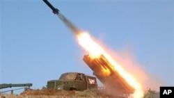 북한 관영 조선중앙통신이 지난 3월 공개한 로켓 발사 장면. (자료사진)