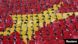 Sinh viên tạo hình quốc kỳ của Việt Nam.