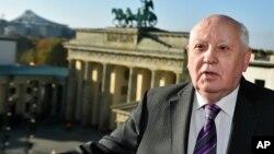 Gorbachov, de 83 años, dijo también estar dispuesto a reunirse con Putin para contarle la reunión que mantuvo con la canciller alemana, Ángela Merkel.