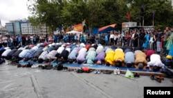 Người biểu tình Thổ Nhĩ Kỳ cầu nguyện chiều thứ sáu tại công viên Gezi (ngày 14/6/2013).