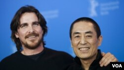 """Aktor Inggris, Christian Bale (kiri) dan sutradara Tiongkok, Zhang Yimou berpose untuk promosi film """"The Flowers of War"""" dalam festival di Berlin (23/2)."""