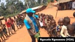 Samuel Ouenabio de l'UNICEF anime la sortie de cours à Makodi dans le nord du Congo-Brazzaville, 23 mars 2017. (VOA/ Ngouela Ngoussou)