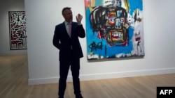 "Seorang pejabat Sotheby memberikan keterangan kepada media tentang lukisan ""Untitled"" karya Jean-Michel Basquiat tahun 1982 di Sotheby's di New York, 5 Mei 2017. (Foto: dok)."