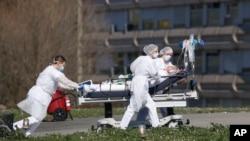 Một nạn nhân của COVID-19 được đưa ra khỏi bệnh viện Mulhouse, miền Đông nước Pháp, ngày 23/3/2020.