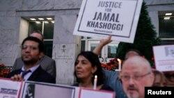 Komite Perlindungan Jurnalis dan aktivis kebebasan pers lainnya mengadakan nyala lilin di depan Kedutaan Besar Saudi untuk menandai peringatan pembunuhan jurnalis Jamal Khashoggi. (Foto: Reuters)