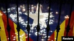 Un listón formado con luces puede verse a través la Estelada, la bandera catalana, durante una manifestación pro-independencia en Barcelona, el 16 de noviembre, en la que se pidió la liberación del liderazgo catalán.