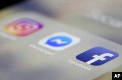 아이폰 화면 보이는 인스타그램과 페이스북 앱.