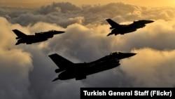 Tiga pesawat tempur F-16 Turki melakukan patroli udara di dekat perbatasan Suriah (foto: dok). Turki minggu lalu bergabung dalam operasi militer koalisi untuk melawan ISIS di Suriah utara.