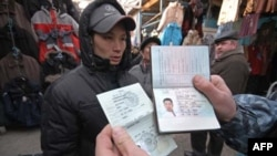 Cảnh sát Nga kiểm tra hộ chiếu và thị thực của một người Việt tại một khu chợ thuộc miền viễn đông nước Nga