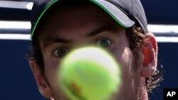 Andy Murray se concentra en la pelota, en el juego que ganara a Robin Haase, en el primer día del Abierto de Tenis de Estados Unidos.