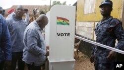 Nana Akufo-Addo, candidat à l'élection présidentielle de l'opposition du Nouveau parti patriotique, en train de voter lors des élections présidentielles et parlementaires à Kibi, dans l'est du Ghana, 7 décembre 2016.