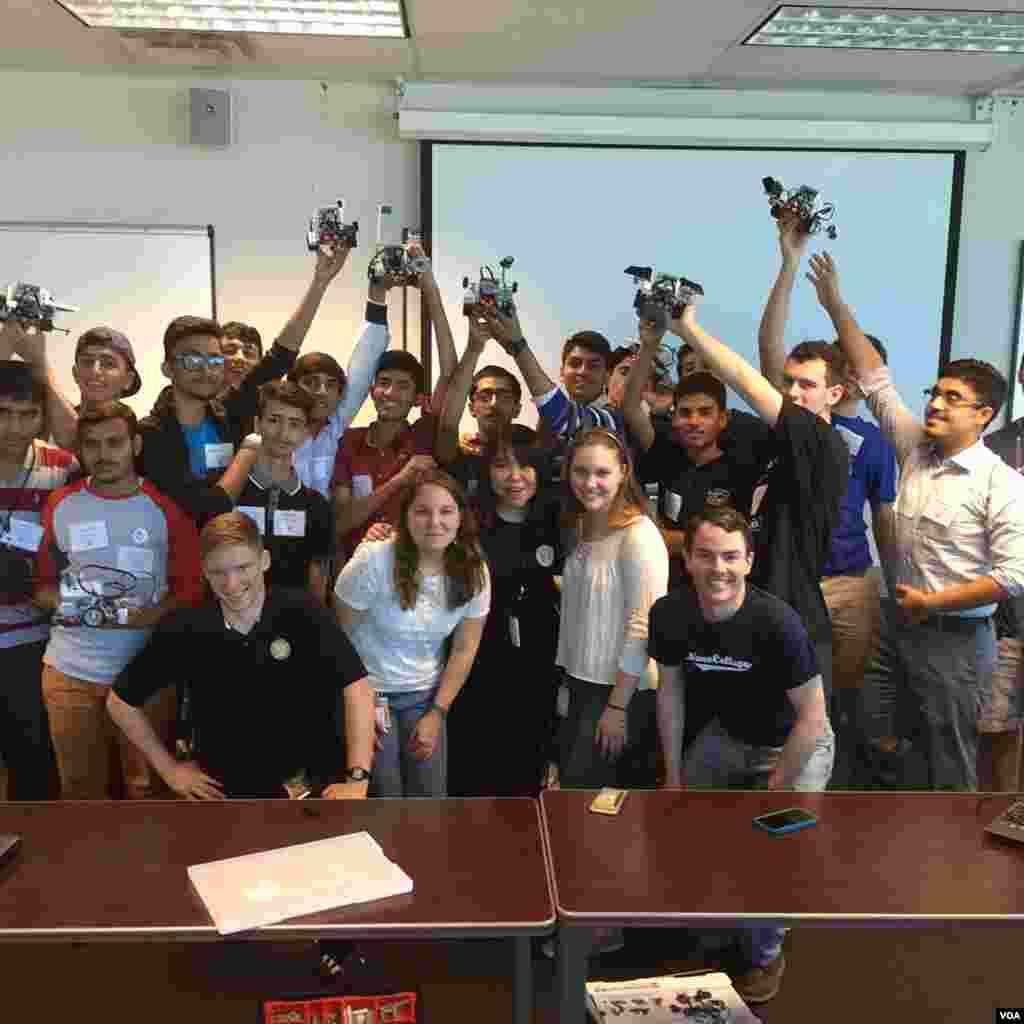 دورے پر آئے طلبا کا امریکی طالب علموں کے ساتھ ایک گروپ فوٹو