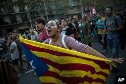 지난 3일 스페인 카탈루냐의 독립을 지지하는 시위대가 바르셀로나에서 카탈루냐 깃발을 들고 행진하고 있다.