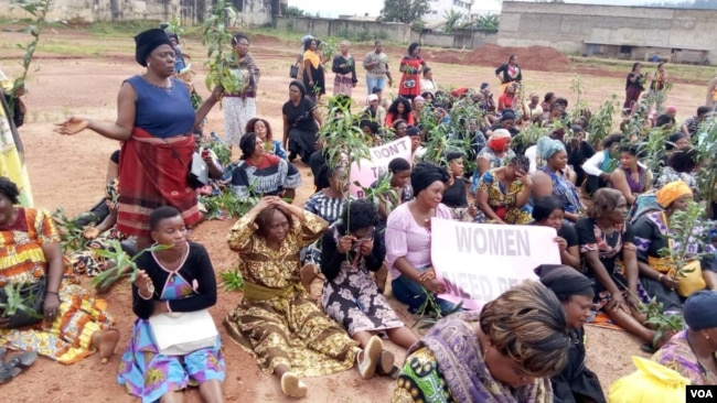 FILE - Women listen to a speaker at a protest against an ongoing conflict between government forces and armed separatists, in Bamenda, Cameroon, Sept. 7, 2018. (M.E. Kindzeka/VOA)