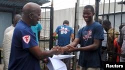 Cassius Kollie (kanan), 24 tahun, dinyatakan sembuh dan dipulangkan dari pusat perawatan ebola di Paynesville, Liberia (foto: dok).