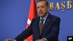 레제프 타이이프 에르도안 터키 총리가 25일 새 내각을 발표하고 있다.