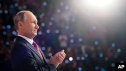 블라디미드 푸틴 러시아 대통령이 6일 모스크바에서 열린 자원봉사상 시상식에서 내년 대선 출마 가능성을 처음 밝혔다.
