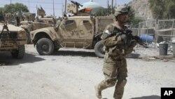 美國士兵在坎大哈一個警察局附近巡邏(資料照片)