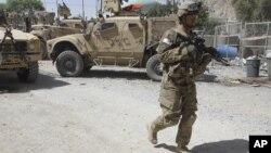 Seorang tentara AS melakukan patroli di Afghanistan (foto: dok). Dua tentara NATO tewas ditembak polisi Afghanistan hari Jumat (17/8).