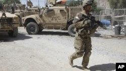Un soldado estadounidense de patrulla en un sitio recién atacado por talibanes afganos en Kandahar.