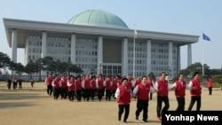 한국 여당인 새누리당 최고위원들이 28일 국회 의원회관에서 열린 제20대 총선 공천자대회를 마친 뒤 '뛰어라. 국회야, 잠자는 국회에서 일하는 국회로'를 컨셉으로 한 홍보영상 촬영을 하고 있다.