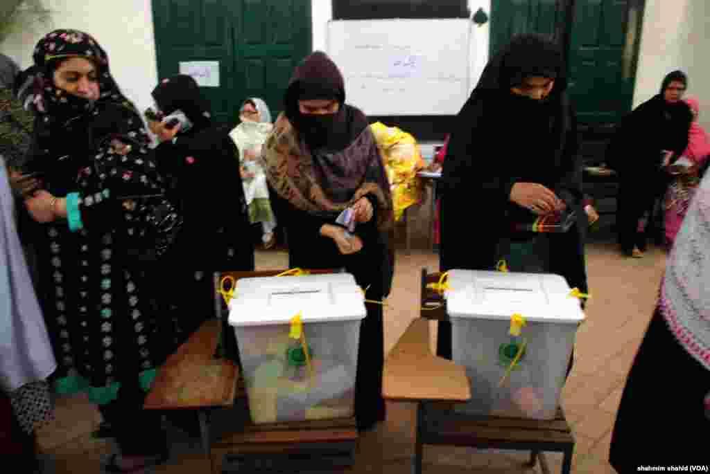 الیکشن کمیشن کی طرف سے یہ کہا گیا کہ خواتین کو اپنا ووٹ کا حق استعمال کرنے میں کوئی رکاوٹ نہیں ہونی چاہیئے۔