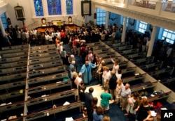 Pendeta Sidney Davis memimpin doa di Gereja Second Presbyterian dekat Emanuel AME di Charleston, S.C., 18 Juni 2015