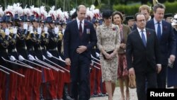 French President Francois Hollande (2ndR), Britain's Prime Minister David Cameron (R), Britain's Prince William (L) and his wife Catherine, the Duchess of Cambridge (2ndL) attend a ceremony at the Franco-British National Memorial in Thiepval near Albert, during the commemorations to mark the 100th anniversary of the start of the Battle of the Somme, northern France, July 1, 2016.