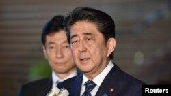 នាយករដ្ឋមន្រ្តីជប៉ុន Shinzo Abe ថ្លែងទៅកាន់អ្នកសារព័ត៌មាននៅក្នុងគេហដ្ឋានរបស់លោកក្នុងទីក្រុងតូក្យូកាលពីថ្ងៃទី០៦ មិថុនា ២០១៨ មុននឹងចាកចេញទៅសហរដ្ឋអាមេរិក។