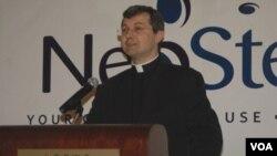 En Nueva York, en mayo de 2010, el reverendo Tomasz Trafny anunció el primer convenio de colaboración entre el Vaticano y una empresa comercial.