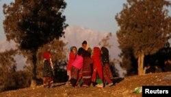 Pengungsi cilik Afghanistan tengah bermain di sekitar kemah penampungan pengungsi di Kabul (Foto: dok). Misi Bantuan PBB di Afghanistan (UNAMA) melaporkan peningkatan jumlah kematian warga sipil di wilayah itu disebabkan oleh meningkatnya penggunaan bom, Rabu (31/7).