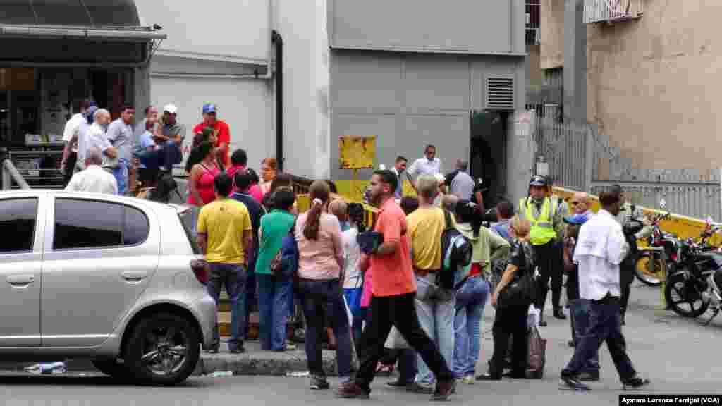 Policías vigilan las colas para evitar alteración del orden público a causa de la escasez.
