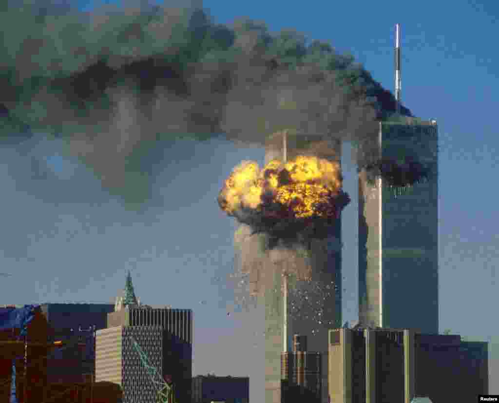 آتشسوزی برجهای دوگانهٔ مرکز تجارت جهانی در نیویارک بعد از برخورد طیاره درحمله ۱۱ سپتمبر سال ۲۰۰۱