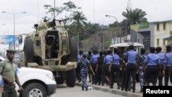 Un détachement de policière marche le long de la route d'Aba près du bureau d'Inec à Port Harcourt, River State, 30 mars 2015. REUTERS / Afolabi Sotunde - RTR4VHL9