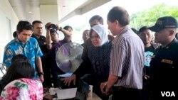 Walikota Surabaya Tri Rismaharini melayani administrasi kependudukan keluarga korban kecelakaan pesawat AirAsia QZ8501, 31 Desember 2014 (Foto:VOA/Petrus)