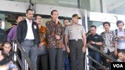 Capres Joko Widodo didampingi ketua KPK Abraham Samad setelah melakukan verifikasi kekayaan di KPK (26/6). (VOA/Andylala Waluyo)