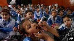 پاکستان میں رواں سال پولیو سے متاثرہ بچوں کی تعداد 50 سے تجاوز کر چکی ہے۔ (فائل فوٹو)