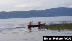 Des pêcheurs sur le lac Tanganyika, en partance pour la presqu'ile d'Ubwari, dans le Sud-Kivu, 20 mars 2017. (Ernest Muhero)