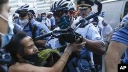 Sukob policije i demonstranata u Filadelfiji, tokom protesta zbog smrti Afroamerikanca Džordža Flojda, u subotu, 30. maja 2020.
