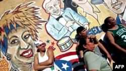 """지난 2007년 마이애미 리틀 아바나에서 열린 """"카에 오초 페스티벌' 중 라틴계 주민들이 벽화 앞에 모여 있다."""