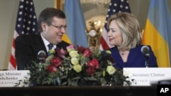 Ukrainian Foreign Minister Kostyantyn Gryshchenko and U.S. Secretary of State Hillary Rodham Clinton
