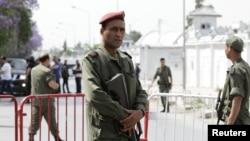 Para tentara di luar pangkalan militer Bouchoucha di Tunis, Tunisia menyusul aksi tembakan pada 25 Mei 2015. (Reuters/Anis Mili)